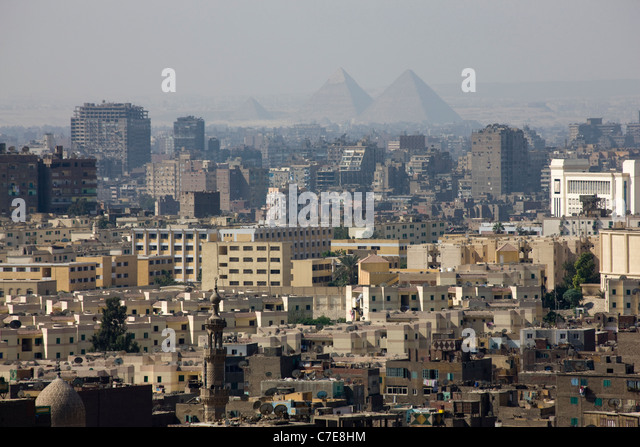 Panoramic view of the City of Cairo with the pyramids of Gisa in the distance - Stock Image