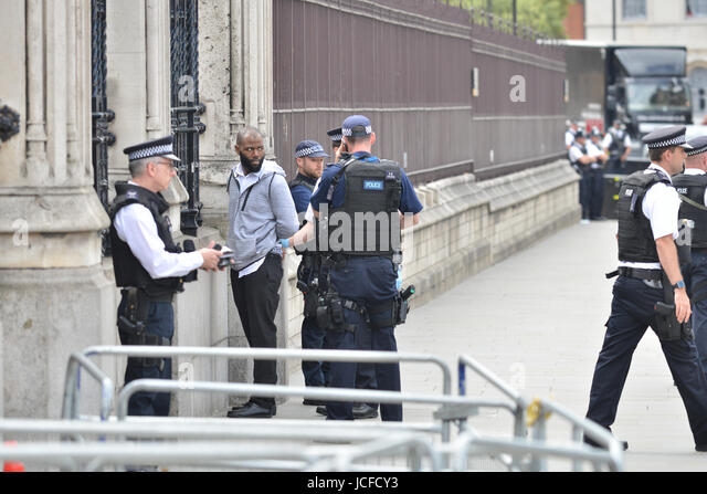 Houses of Parliament, London, UK. 16th June 2017. A man is arrested outside the main gates of the Houses of Parliament. - Stock-Bilder