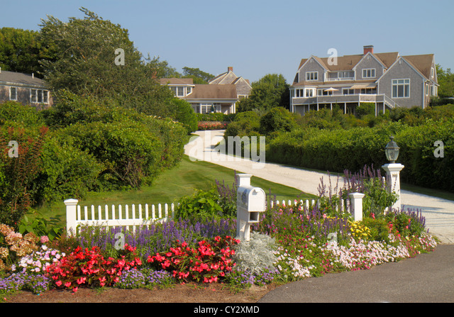 Massachusetts Cape Cod Chatham Stage Harbor Road house home entrance driveway mansion flowers - Stock Image