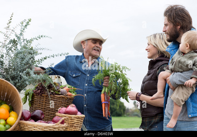 Family shopping at farmer's market - Stock Image