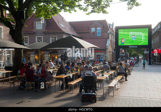 Deutschland, Nordrhein-Westfalen, Kreis Borken, Ahaus, Fussgängerzone Marktstrasse, Public viewing - Stock Image