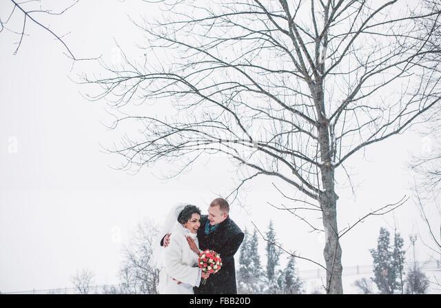 Bride and groom walking in the city - Stock-Bilder