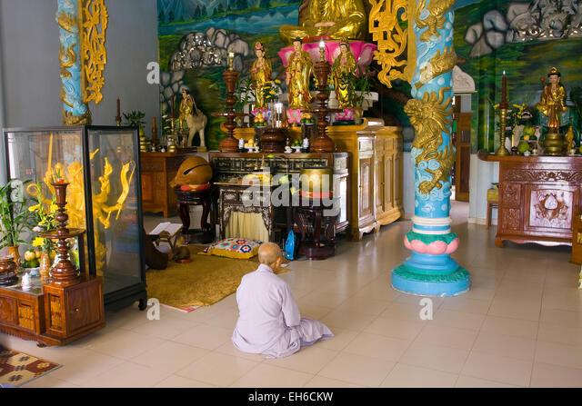 Monk praying in the Cao Dai Temple, Tay Ninh, Vietnam, Southeast Asia - Stock-Bilder