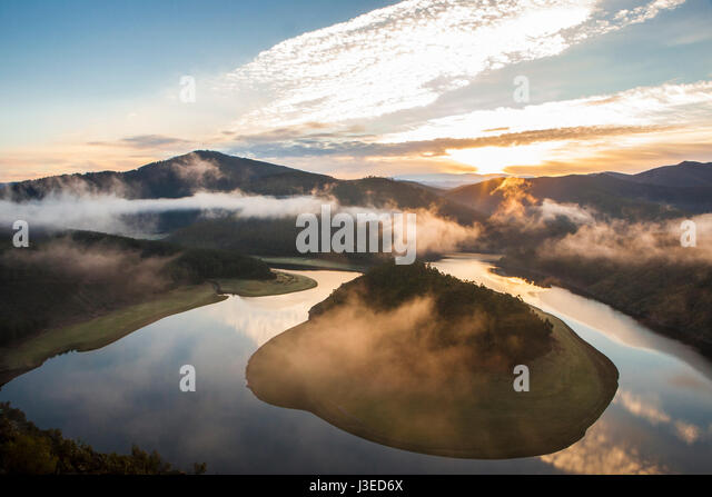 Misty sunrise at Alagon River Meander. This place is called The Melero and is not far from Riomalo de Abajo, Hurdes, - Stock Image