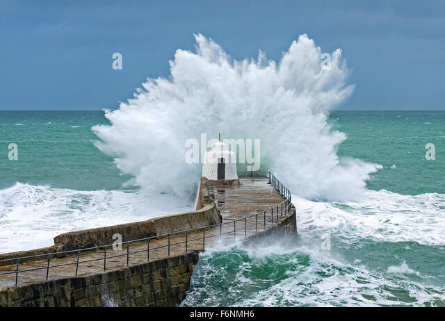 """Portreath, Cornwall, UK. 18th November 2016. UK weather. The tail end of storm """" Barney """" lingers on in Cornwall, - Stock Image"""