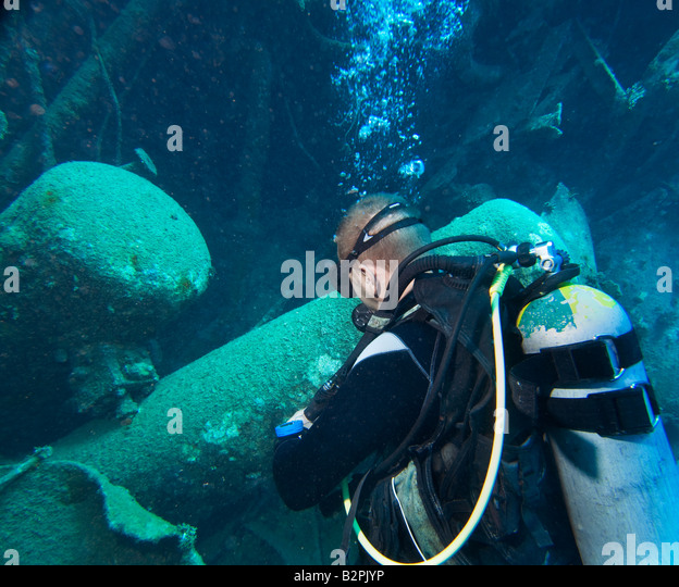 ABU GHUSUN diving in wreck wrack crock wreckage DIVER WRECKDIVER WRECKDIVE man he 1 single looks looking into hull - Stock Image
