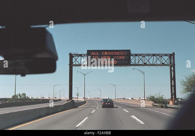 'All Crossings to New York Closed' reads a highway sign on Sept. 11, 2001. At 9:21 AM, 18 minutes after - Stock-Bilder