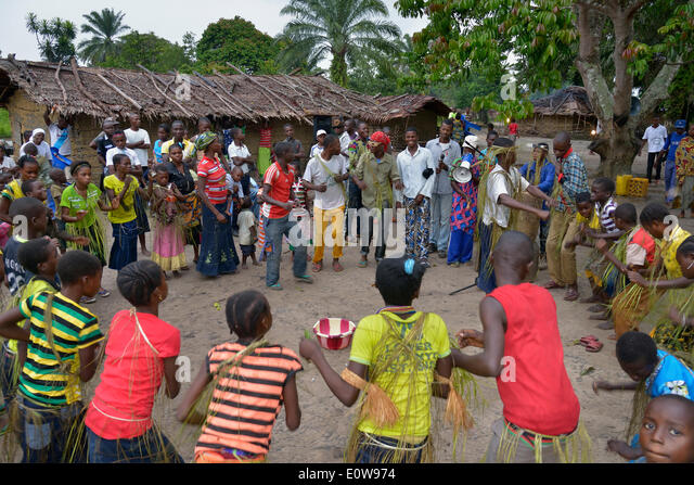 Dancing villagers at a village festival, Nkala, Bandundu Province, Democratic Republic of the Congo - Stock-Bilder