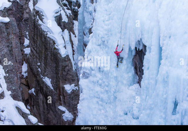 Ice climber climbing a route called Pick o' Vic which is rated WI4 in Ouray Colorado - Stock-Bilder