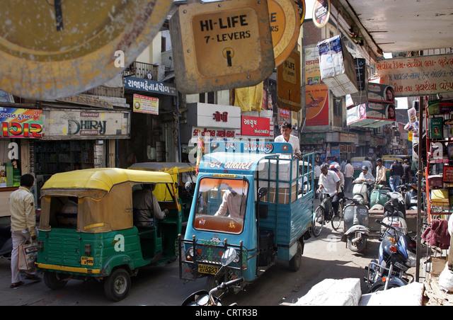 narrow street, old town, city center of Ahmedabad, Gujarat Province, India - Stock-Bilder