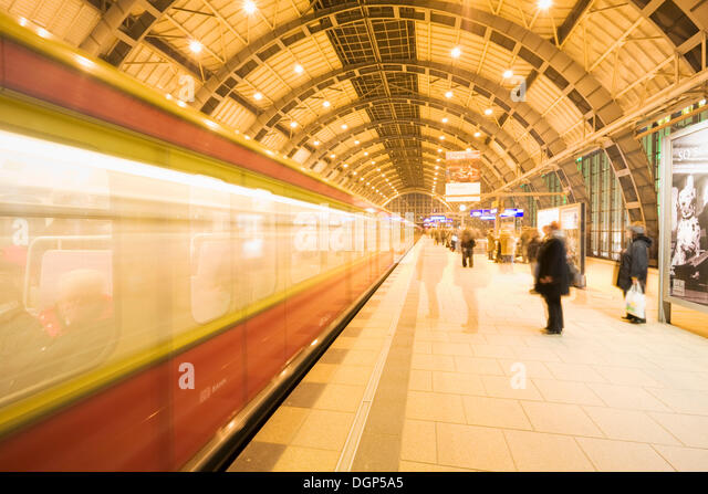 Incoming train in Alexanderplatz S-train station, Berlin - Stock Image