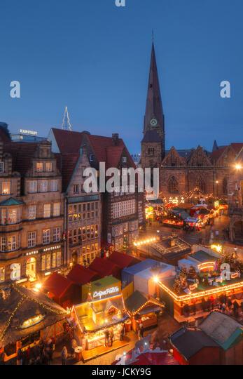 historische Häuser Marktplatz-Westseite mit Liebfrauenkirche und Weihnachtsmarkt am Marktplatz bei Abenddämmerung, - Stock-Bilder
