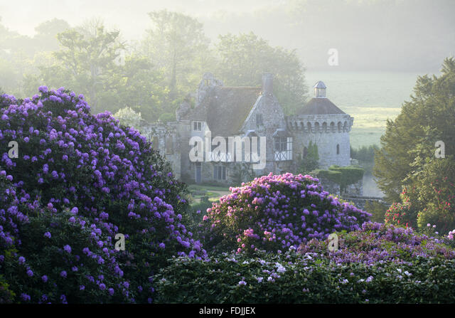 The ruins of the fourteenth-century moated Scotney Castle, Lamberhurst, Kent, set amidst beautiful gardens. - Stock-Bilder
