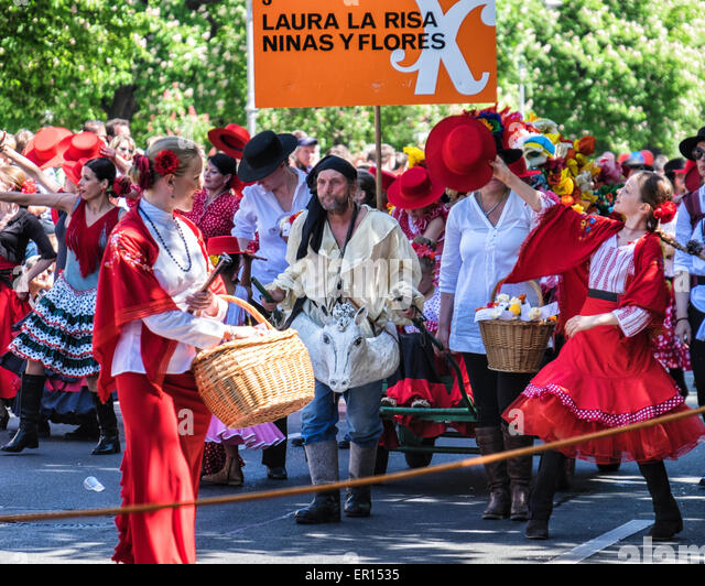 Kreuzberg, Berlin, Germany, 24th May 2015. Dancers and entertainers in parade as Berlin celebrates its cultural - Stock-Bilder