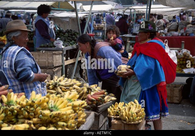 Ecuador Saquisili Market Otavalo Cotopaxi Chibuleos Indigenous natives women shopping produce - Stock Image