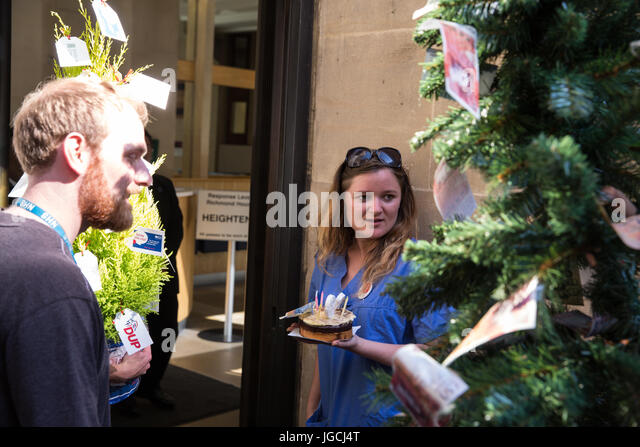 London, UK. 5th July, 2017. Nurse Danielle Tiplady attempts to deliver a birthday cake marking the 69th birthday - Stock Image