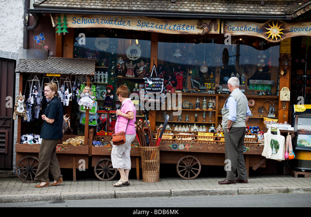 Tourists in front of souvenirs shop in Triberg, Schwarzwald, Germany. - Stock-Bilder