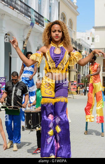 Street performers dancing on stilts in Plaza Vieja (Old Square), Habana (Havana), Cuba - Stock Image