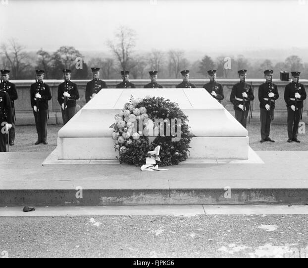 Wreath at Tomb of Unknown Soldier, Armistice Day, Arlington National Cemetery, Arlington, Virginia, USA, circa 1922 - Stock Image