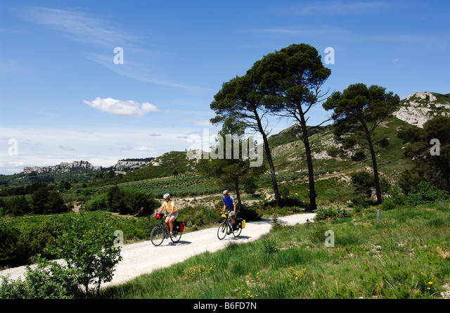 Cyclists near Les Baux de Provence, Provence, France, Europe - Stock Image