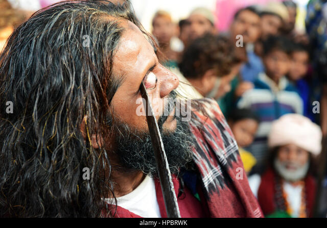 Sufi self-mortification practices at the annual 'Urs (death anniversary) of the Sufi saint Zinda Shah in Makanpur, - Stock Image