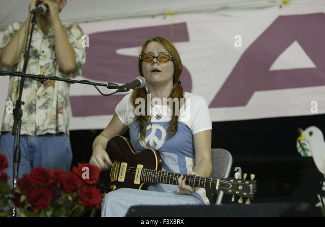 A peace activist sings anti-war songs during the protest against George W. Bush in Crawford, Texas. - Stock Image