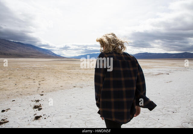 Woman walking in Death Valley National Park, California, US - Stock-Bilder