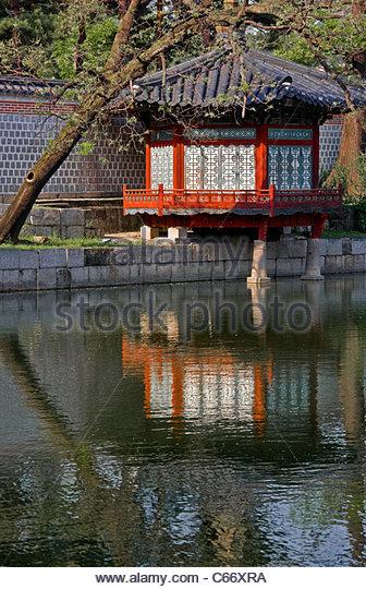 Lake and gazebo at Gyeongbokgung - Stock Image