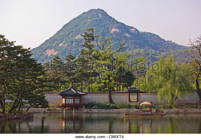 Wall at Gyeongbokgung with mountain - Stock Image