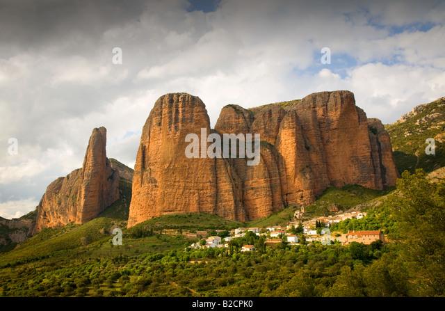 hillside-village-of-riglos-in-aragon-nea