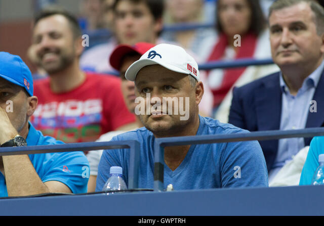 Marian Vajda watches Novak Djokovic's (SRB) during the 2016 US Open Men's Final - Stock-Bilder