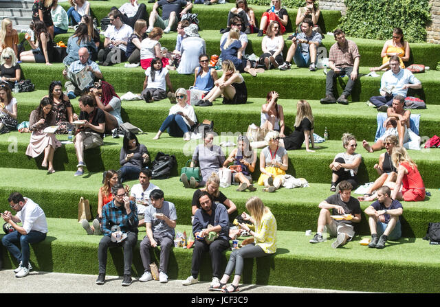 London, UK. 15th June, 2017. People enjoying their lunch breaks in the sunshine in Granary Square on a warm sunny - Stock-Bilder