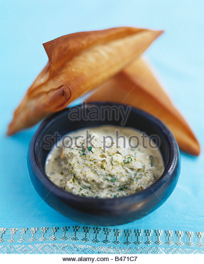 Samosas with coconut chutney (India) - Stock-Bilder