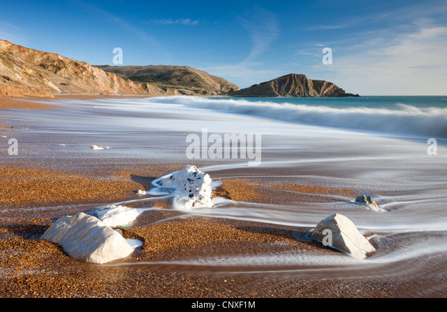 Waves wash clean the beautiful beach at Worbarrow Bay on the Jurassic Coast, Dorset, England. Winter (February) - Stock-Bilder