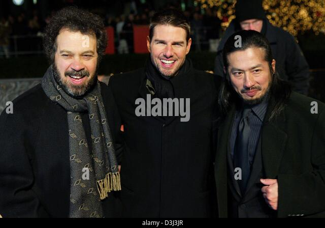 (dpa) - Actors Hiroyuki Sanada (R) and Tom Cruise (C) pose with their director, Edward Zwick, ahead of the European - Stock Image