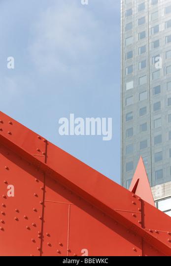 Steel framework, office building in background - Stock Image