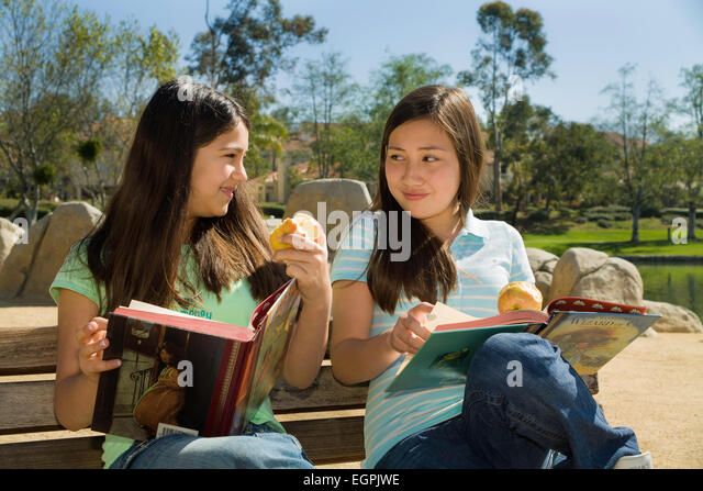 California teens 11-13 year old olds hanging out Vietnamese-Caucasian and Hispanic Mexican Caucasian girls read - Stock-Bilder