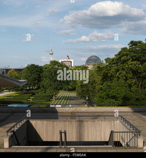 View from the 'Haus der Kulturen der Welt' towards Reichstag parliament building and TV tower on Alexanderplatz. - Stock-Bilder