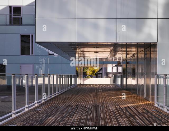 Close exterior view of walkway showing overhang. Dunluce Apartments, Ballsbridge, Ireland. Architect: Derek Tynan - Stock-Bilder