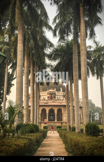 Lodi Gardens. Islamic Tomb (Bara Gumbad) set in landscaped gardens and palm trees. New Delhi, India. - Stock Image