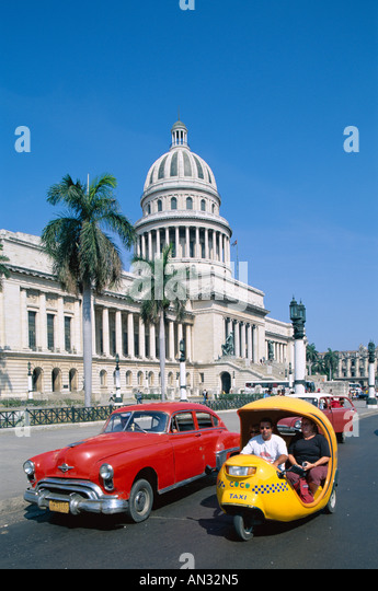 Vintage Cars & Capitol Building (Capitolio), Havana (Habana), Cuba - Stock Image