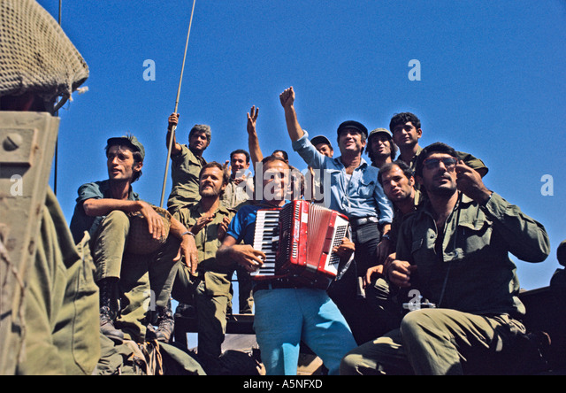 FRONTLINE ENTERTAINMENT FOR ISRAELI TROOPS DURING THE 1973 ARAB ISRAELI WAR PHOTO TERRY FINCHER - Stock Image