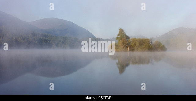 Loch an Eilein on misty morning, Rothiemurchus Forest, Cairngorms National Park, Scotland, Great Britain. - Stock-Bilder
