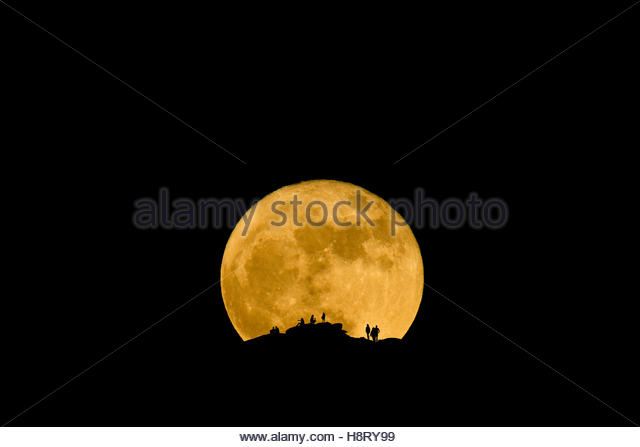 People watching as the Super Moon Rises over the Catalina Mountains north of Tucson, Arizona, November 14th 2016 - Stock-Bilder