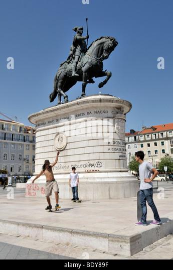 Skateboarder in front of the equestrian statue of King Dom Joao I, Praca da Figueira square, Baixa District, Lisbon, - Stock-Bilder