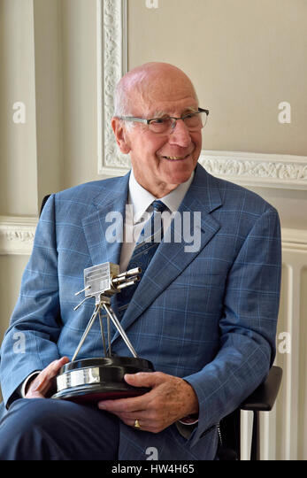 Sir Bobby Charlton holding the BBC Sports Personality of the Year  Lifetime Achievement Award 2008 - Stock Image