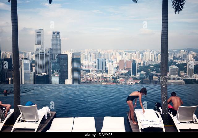 Marina bay sands infinity pool stock photos marina bay sands infinity pool stock images alamy - Singapur skyline pool ...