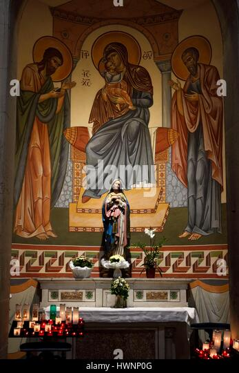 France, Var, Sanary sur Mer, Saint Nazaire Saint-Celse church, frescoes of Byzantine style dating from 2009, altar - Stock-Bilder