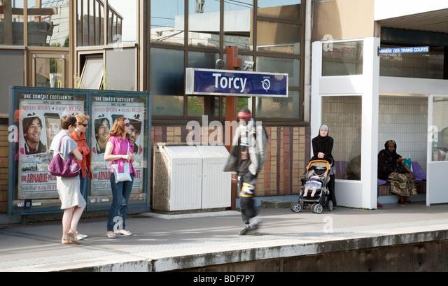 Passengers on the platform at Torcy station, Paris, France - Stock-Bilder