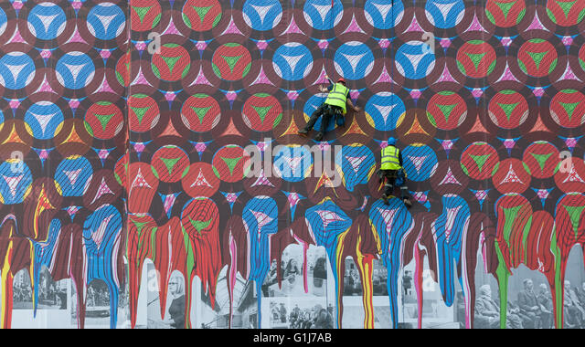 London, UK.  16 May 2016.  A specialist team of abseilers hang down the façade of the Royal Academy of Arts' - Stock Image